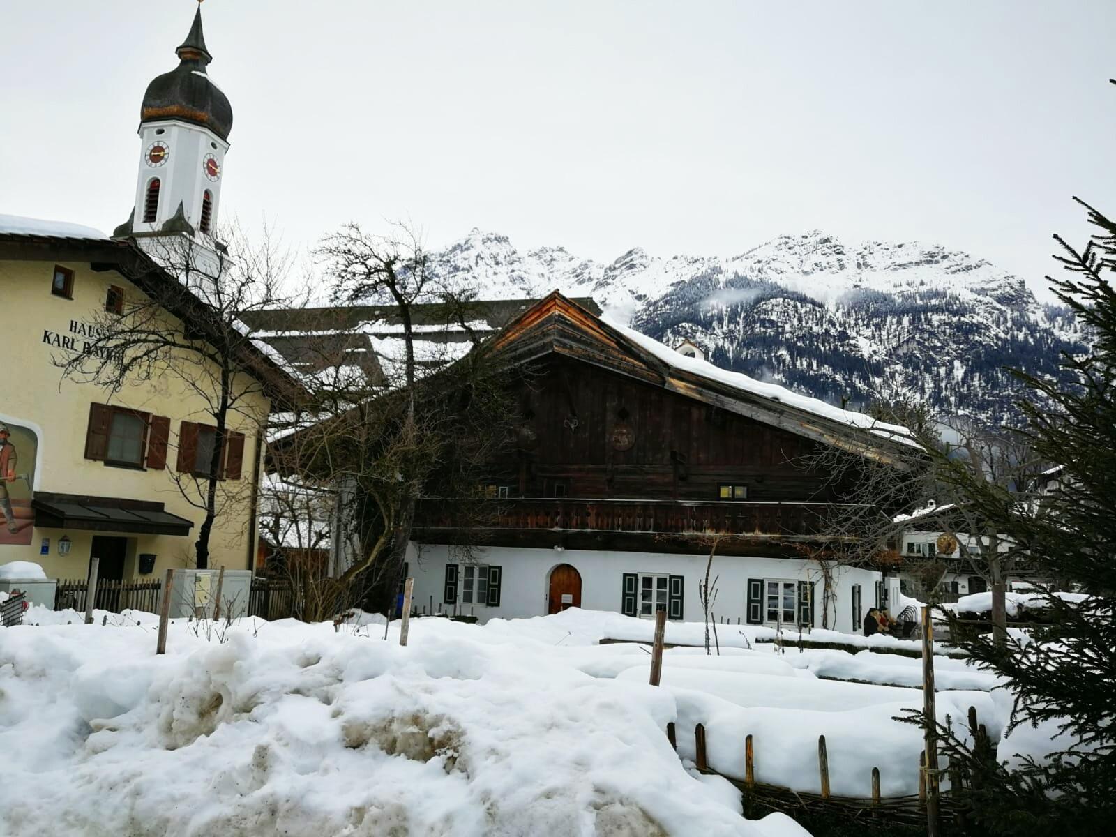 Garmisch, Bauernhof i kościół Sankt Marien.jpg